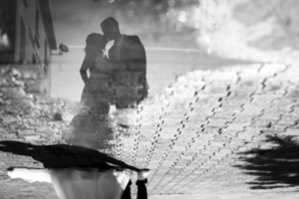 Mariage champêtre, photo volée dans un reflet de flaque d'eau à la sortie de l'Eglise