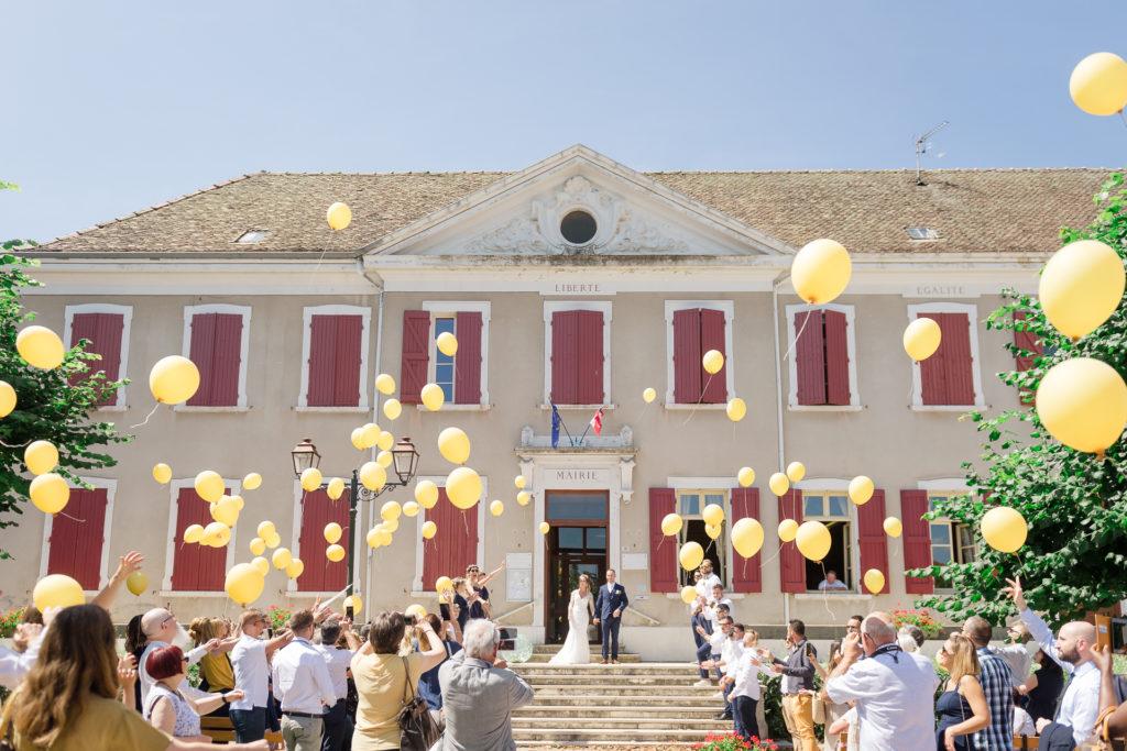 Blog de mariage : Lâcher de ballons en sortie de mairie