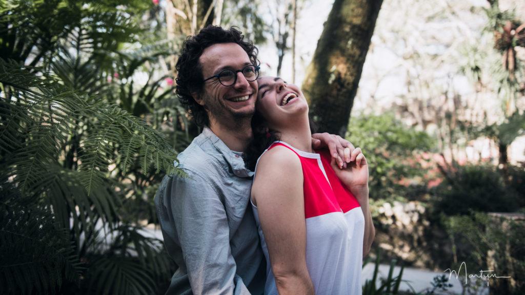 Couple riant aux éclats