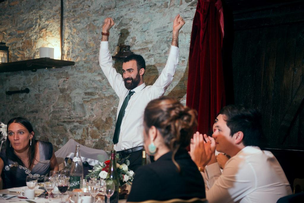 Invité de mariage pendant le repas, dansant devant sa table pour le jeu des points communs