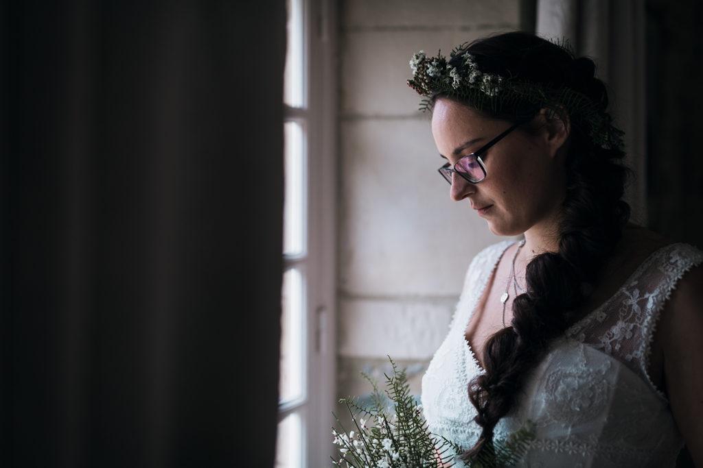 Couronne fleurie hivernale et coiffure de mariage tressée