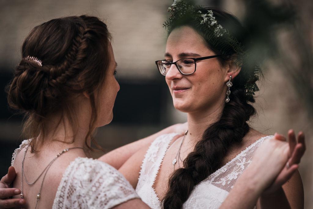 Couple de mariée dansant