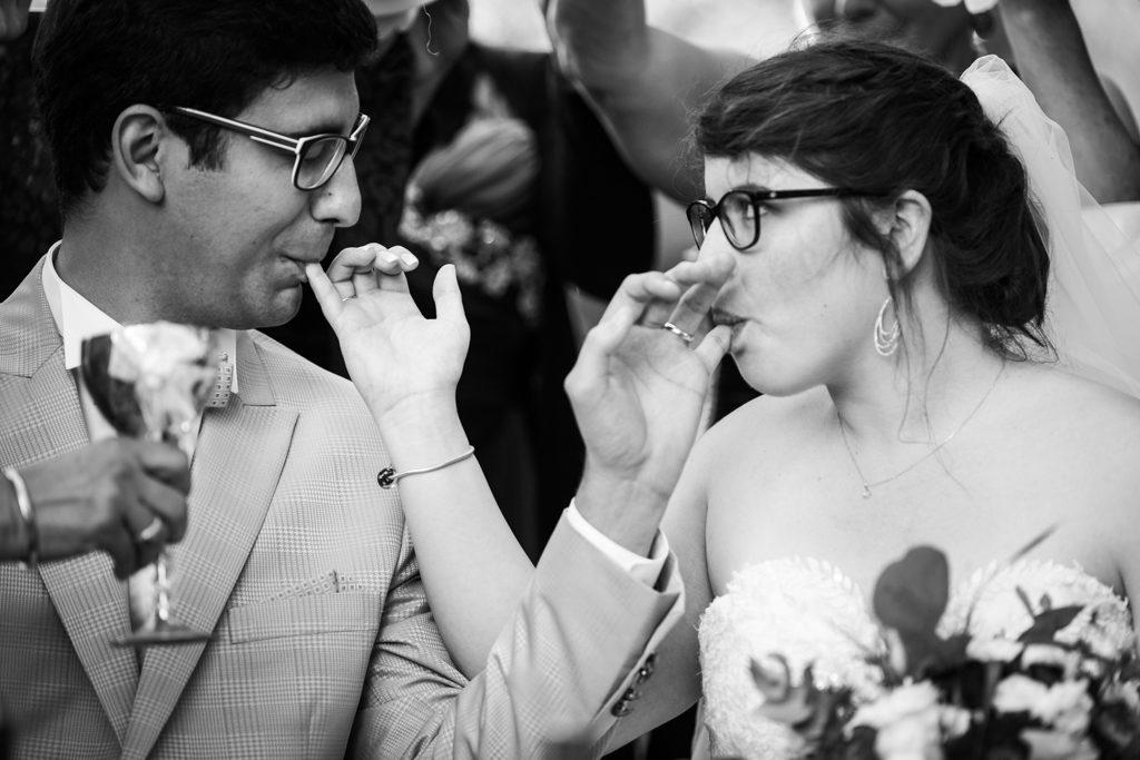 Couple de mariés croisant les bras pour manger le miel lors d'une cérémonie iranienne