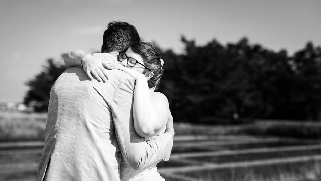 Couple de mariés s'enlassant au moment où ils se découvrent
