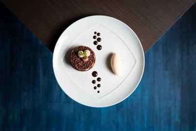dessert à l'assiette du restaurant l'espérance, tartelette au chocolat, points de chocolat et quenelle de glace au Bailey's