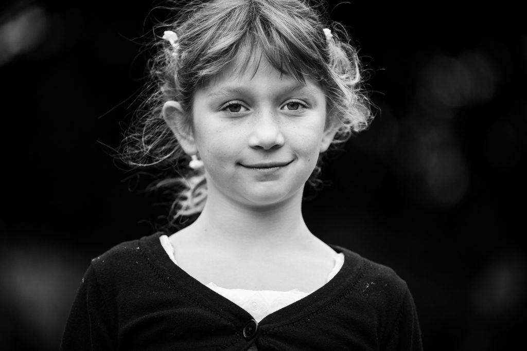 portrait en noir et blanc d'une enfant
