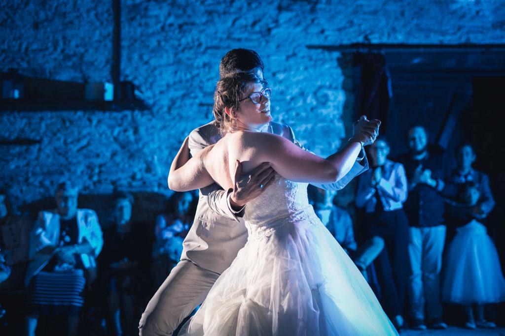 Couple de mariés pendant leur première danse