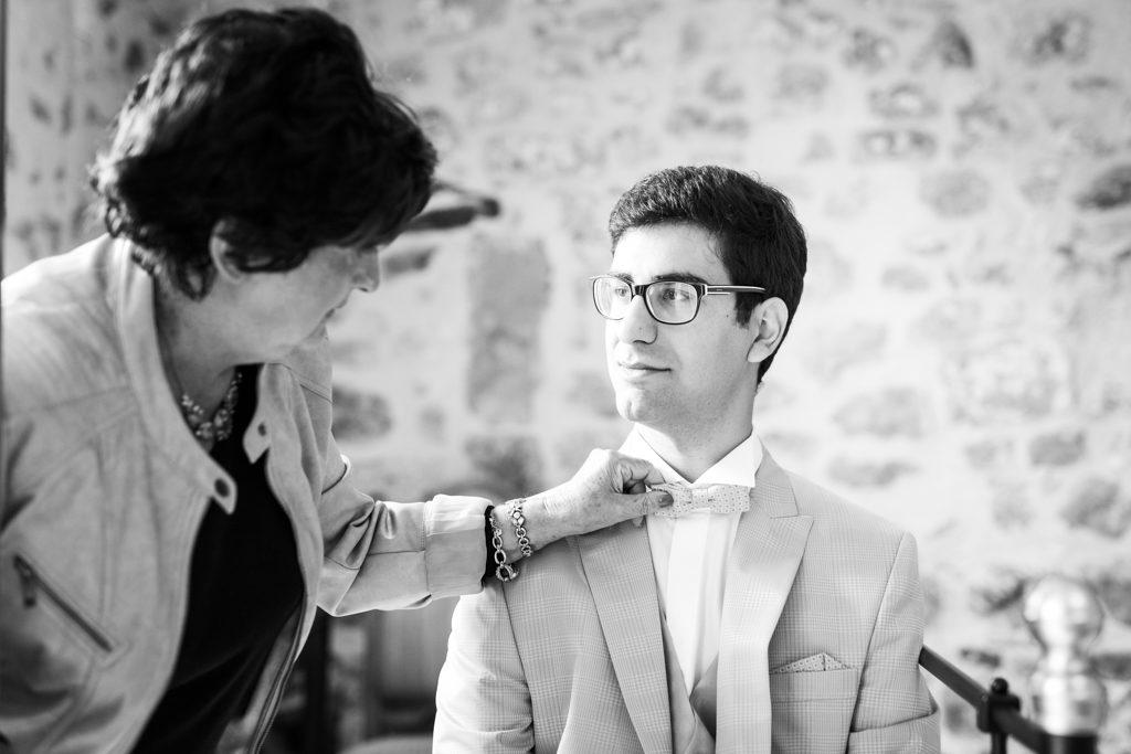 marié pendant ses préparatifs, sa grand-mère ajustant son noeud papillon