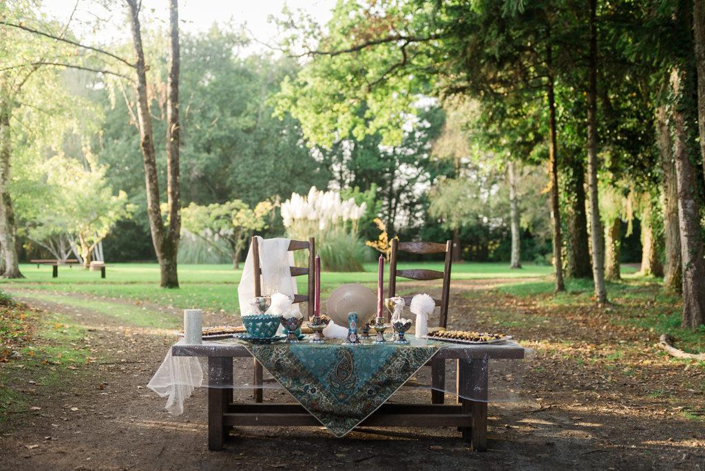table de cérémonie iranienne, ornée d'un beau tissu brodé et garnie de douceurs. Deux chaises sont préparées pour le couple