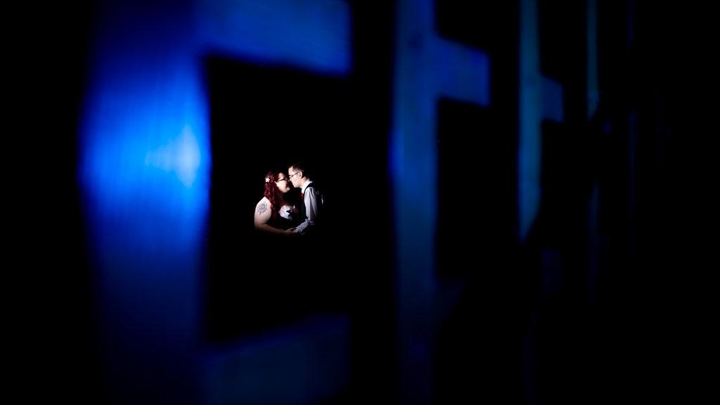 photo de couple prise dans une salle de fêtes lors d'un mariage petit budget