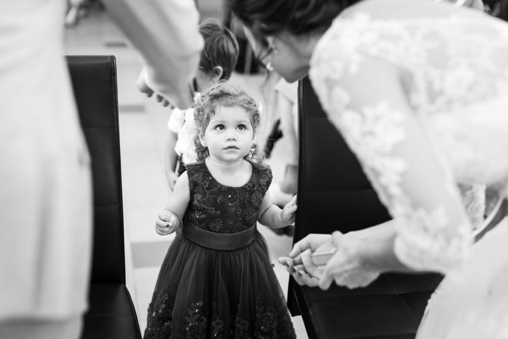 petite fille apportant les alliances au couple de mariés