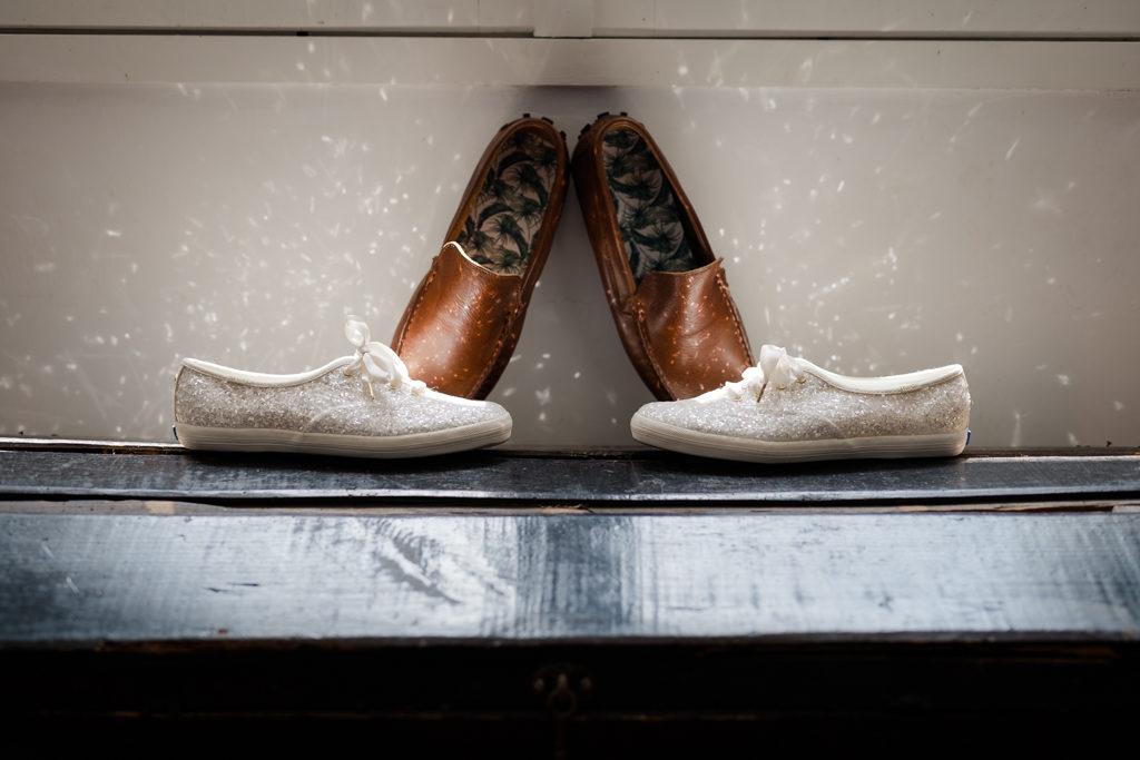 baskets à pailettes de mariée, avec les chaussures du marié