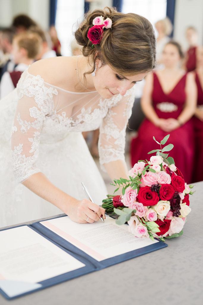 la mariée signant le registre à la mairie