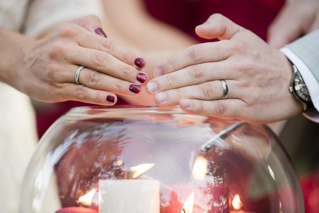 Cérémonie laïque : mariés allumant les bougies pendant le rituel des bougies