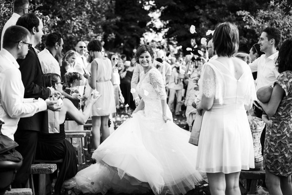 Sortie de la mariée à la fin de la cérémonie laïque, sous les applaudissements et pétales de roses