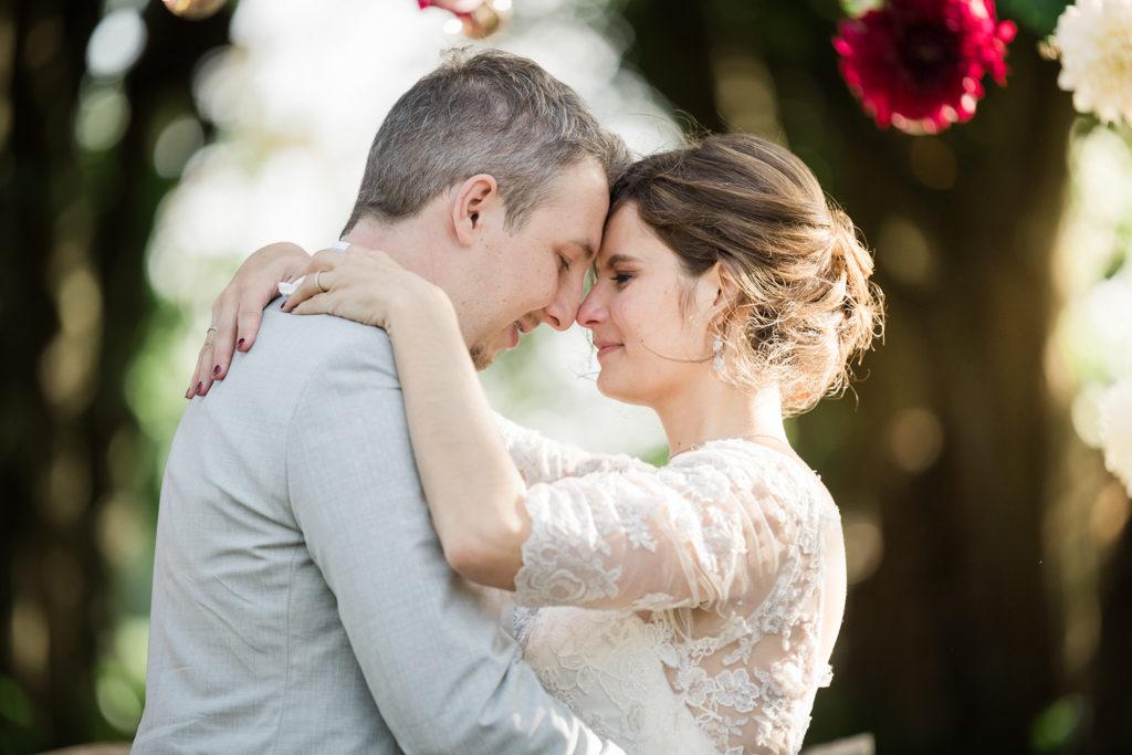 photo de couple volée pendant la cérémonie laïque