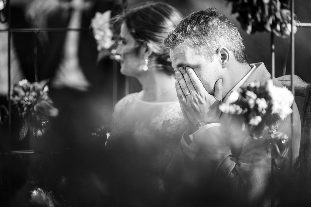 Marié pleurant d'émotion pendant la cérémonie laïque