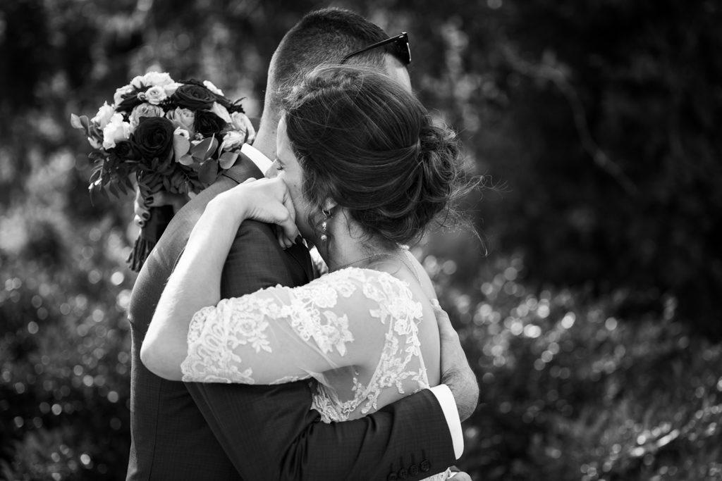 Mariée enlassant son frère pendant la cérémonie laïque