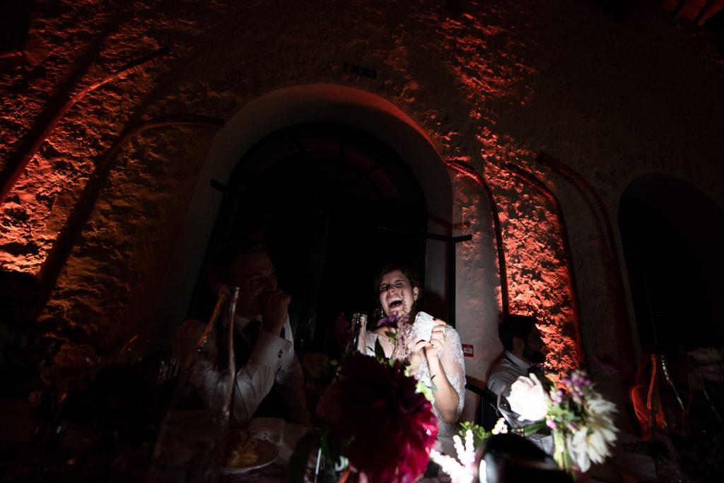 la mariée morte de rire en regardant les images d'enfance réunies par leurs proches