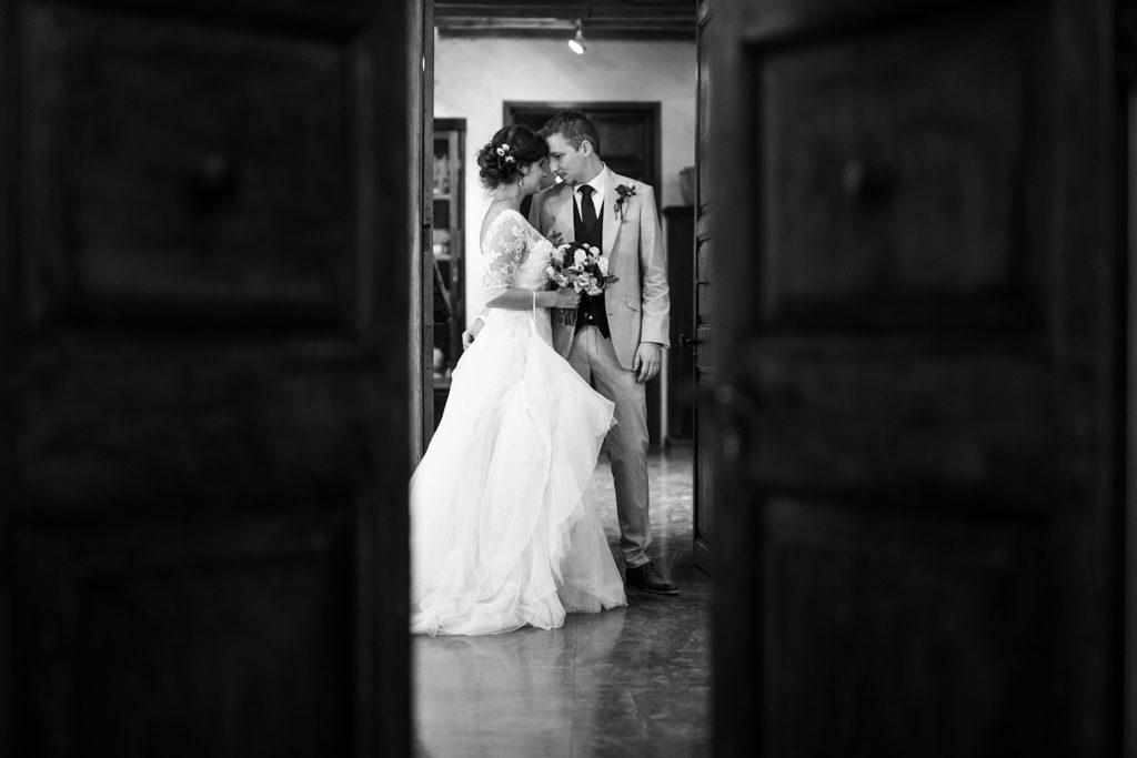 Photo volée à travers une ouverture de porte : Les mariés avant leur entrée en salle