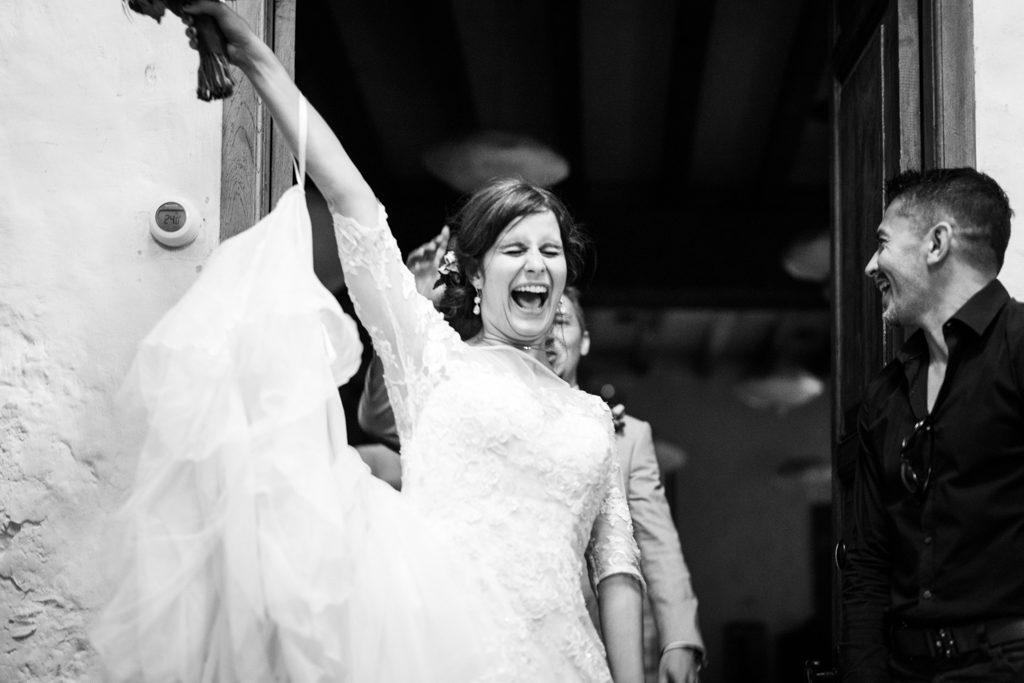 La mariée entrant dans la salle pour le repas