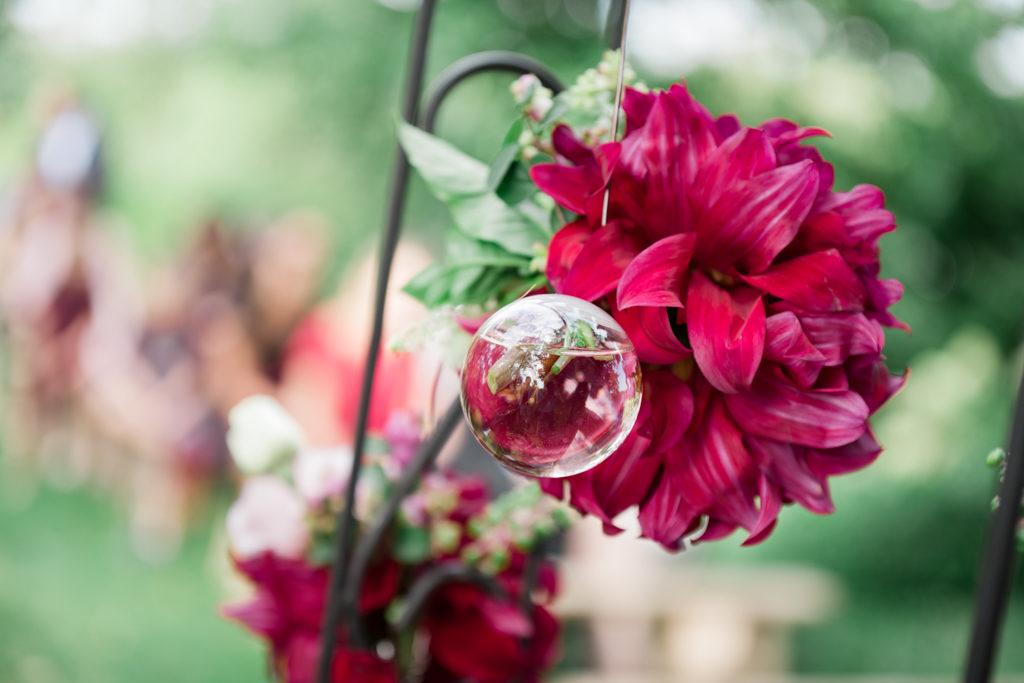 Fleurs suspendues à une arche préparée par le fleuriste du coin pour une cérémonie laïque en région parisienne