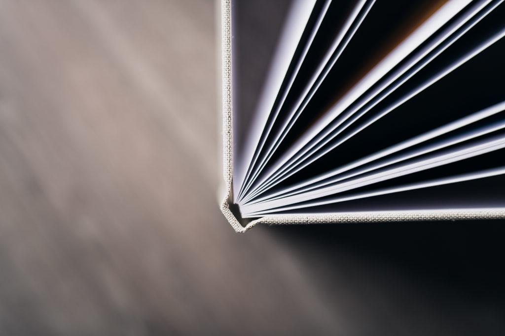 Tranche du livre entrouvert