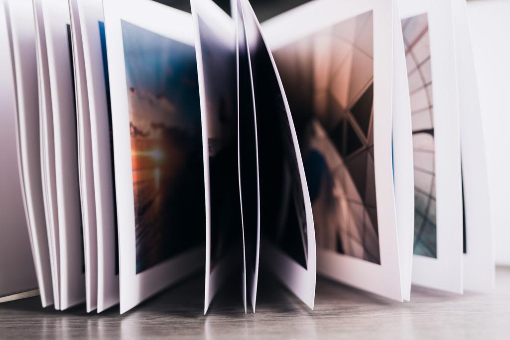 Livre ouvert, on voit que le gondolement ne concerne pas toutes les pages