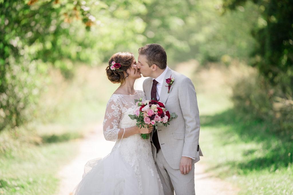 Couple s'embrassant juste après s'être découverts le jour de leur mariage