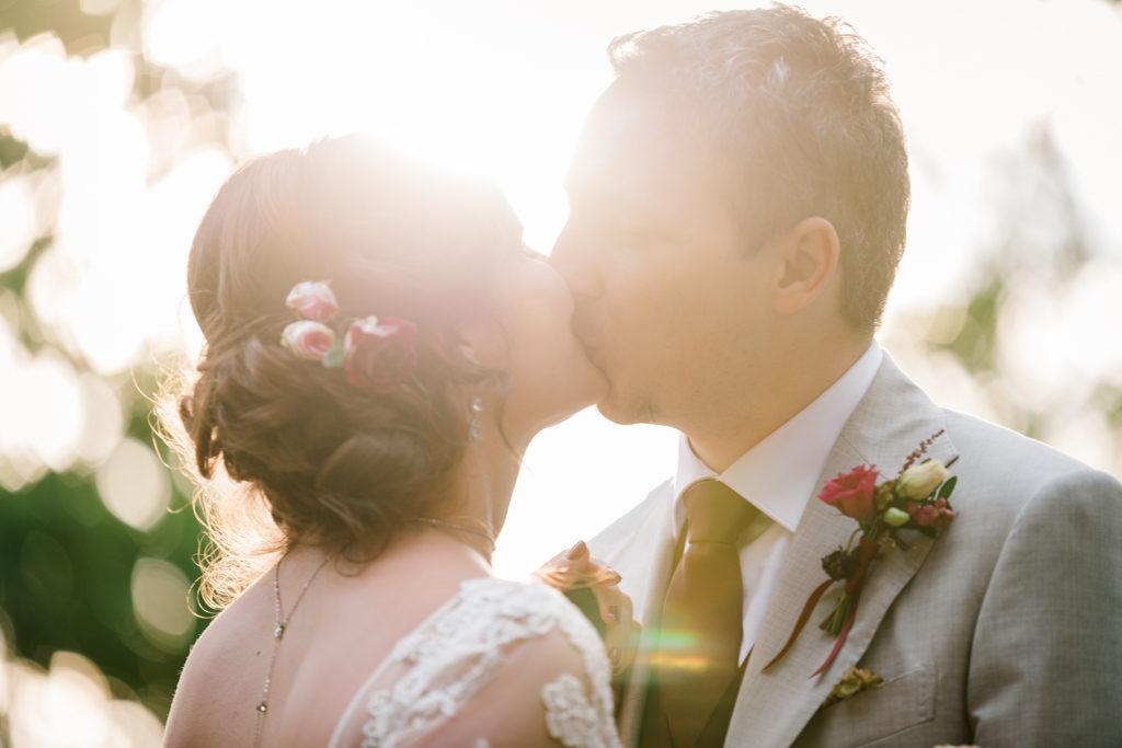 Couple s'embrassant à contre-jour