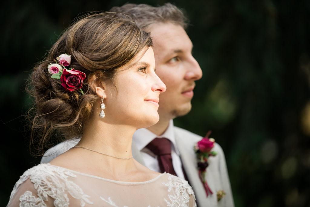 Séance couple à l'heure dorée, la mariée et le marié regardant au loin