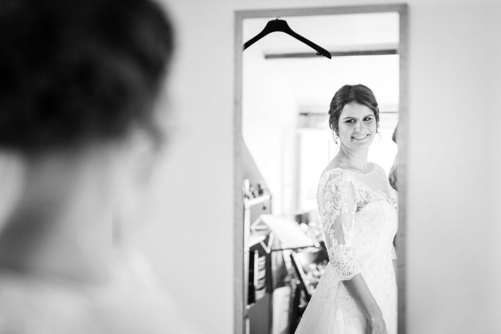 Mariée s'admirant dans le miroir. la mise au point est faite sur son reflet