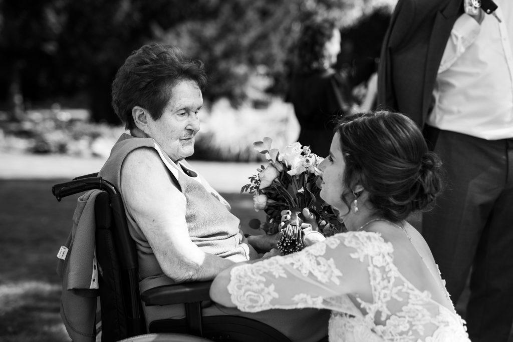 La mariée saluant sa grand-mère en fauteuil lors de l'arrivée à la mairie