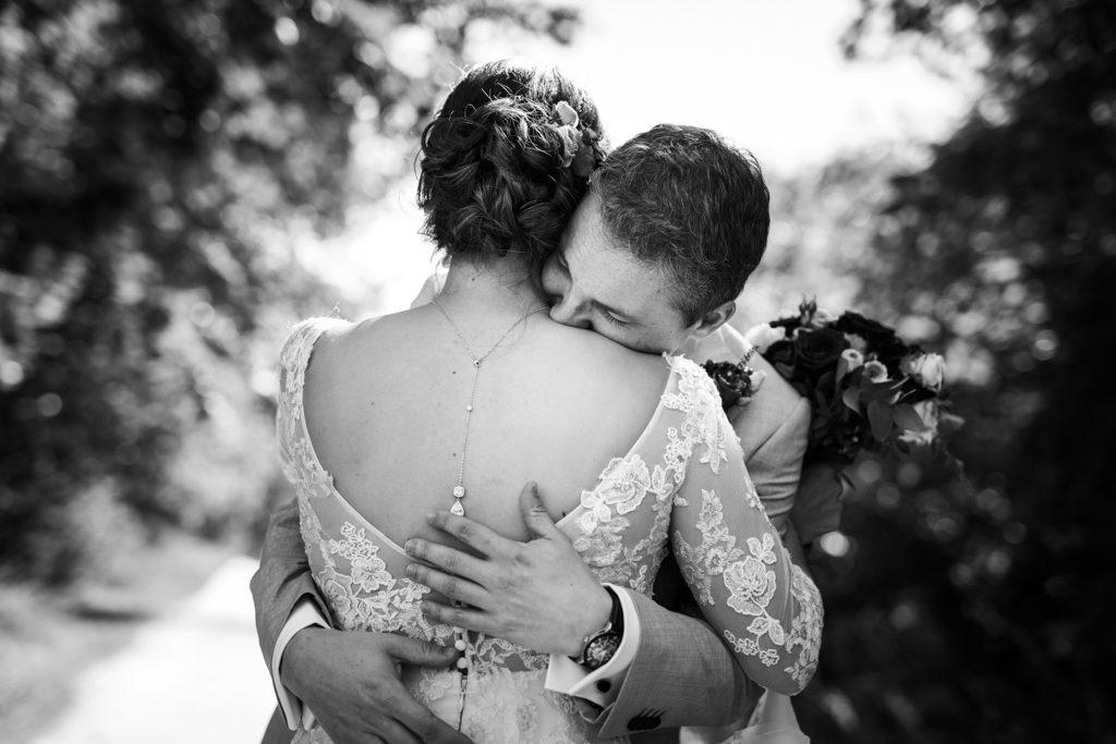 Couple de jeunes mariés se serrant dans les bras au moment où ils découvrent leurs tenues