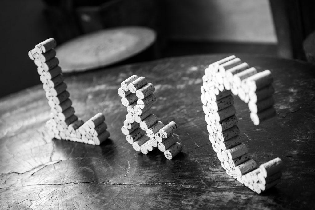 Lettres en bouchons de liège : les initiales des mariés