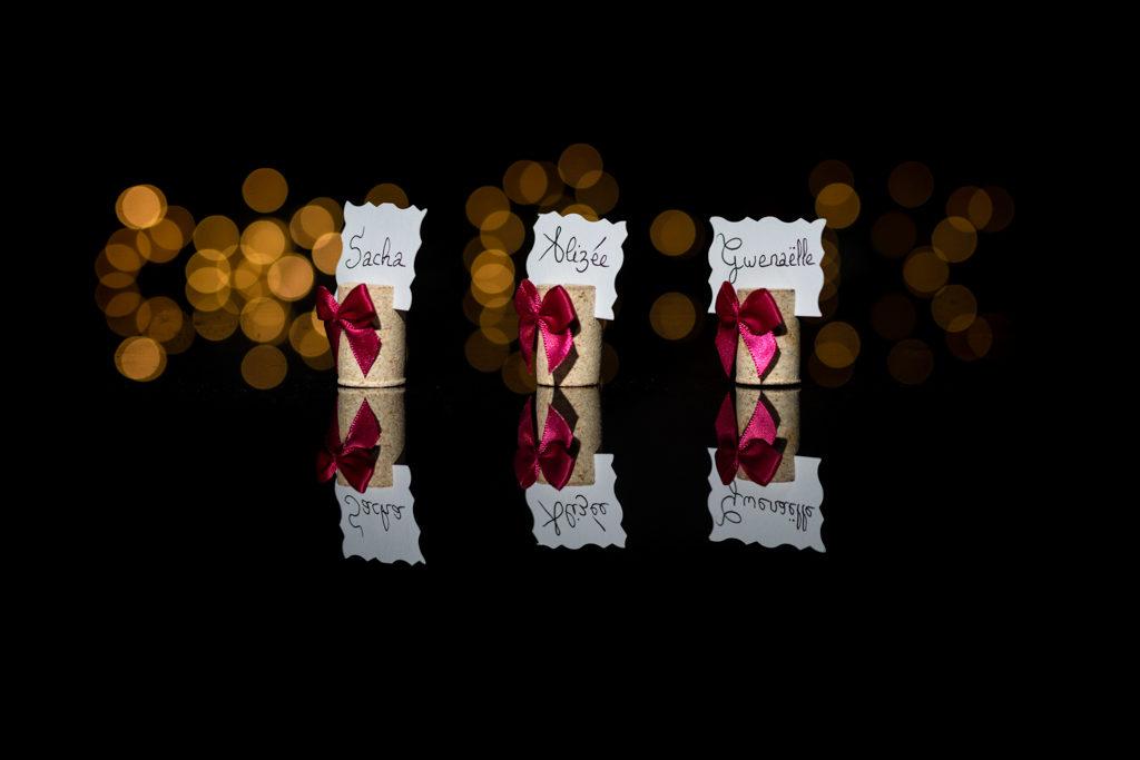 photo des marque-places faits à la main par les mariés avec un bouchon de liège et un petit noeud