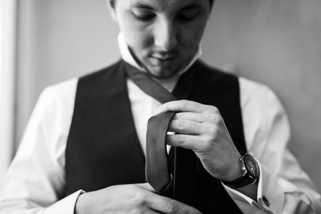 Marié mettant sa cravate pour son mariage