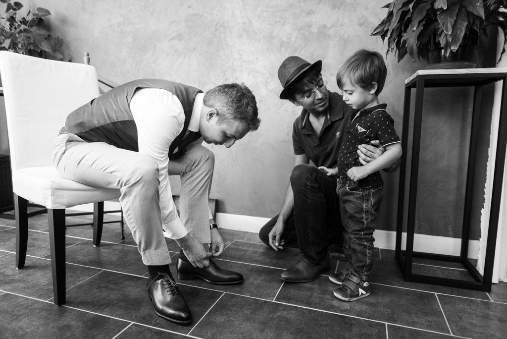 marié mettant ses chaussures pendant les préparatifs