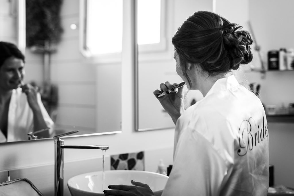 Mariée en train de se brosser les dents
