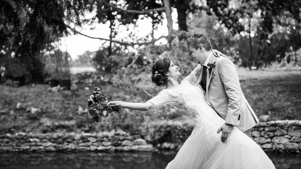 photo de couple avec le bouquet de la mariée