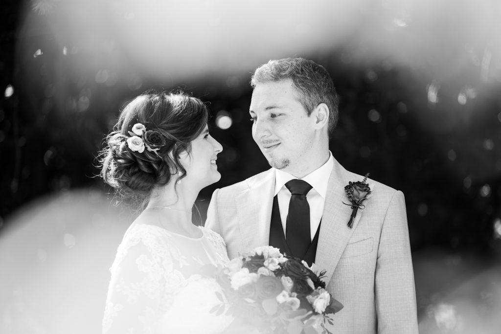 Couple se regardant dans les yeux, photo en noir et blanc