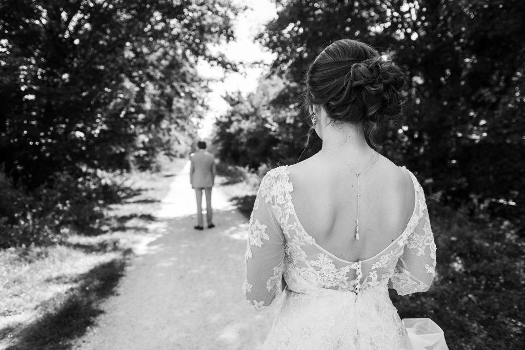 mariée s'avançant vers son futur mari lors de la séance découverte