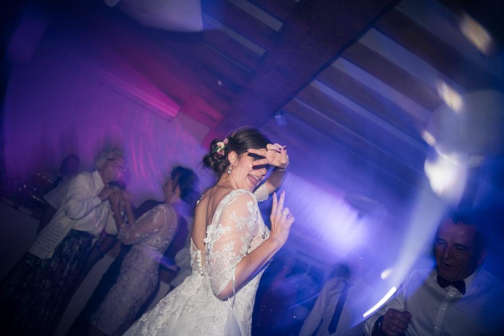 photo de la mariée pendant la soirée dansante