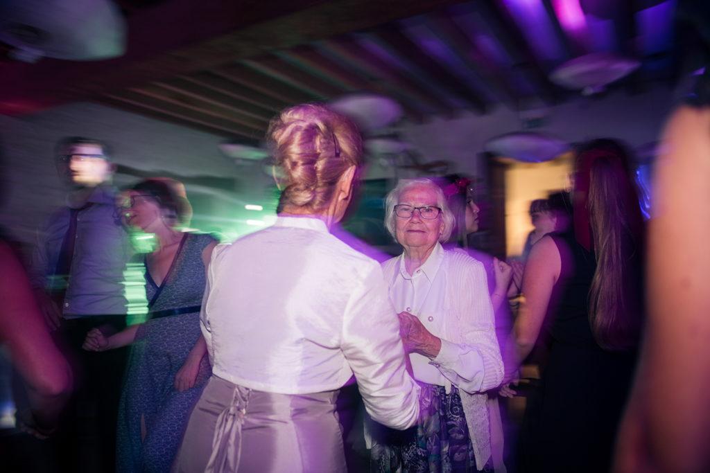 Soirée dansante : une grand-mère sur la piste de danse