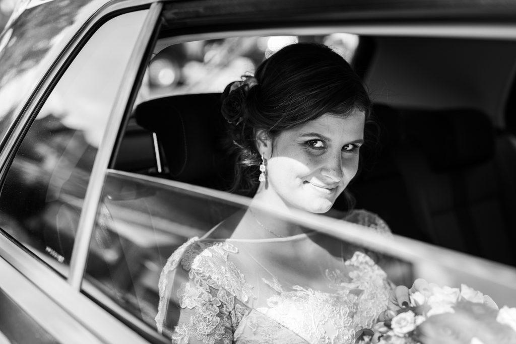 La mariée dans la voiture après la mairie