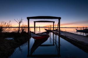 barque de pêcheurs le long du fleuve Alveiro au Portugal, au lever du soleil