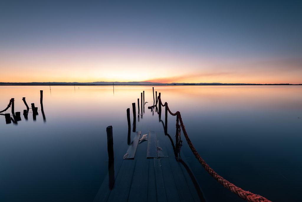 ponton au lever du soleil sur le fleuve Alveiro au Portugal