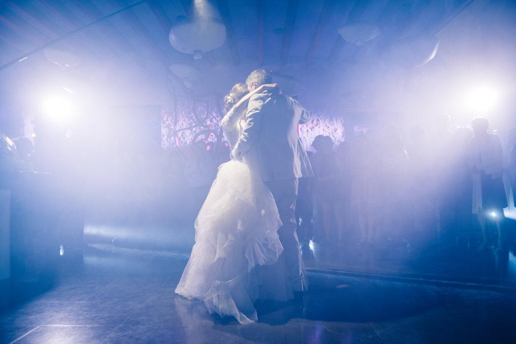 Première danse d'un couple de jeunes mariés