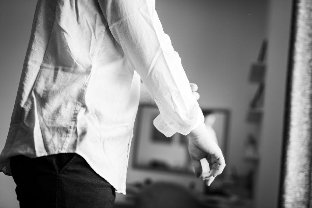 le marié remontant les manches de sa chemise