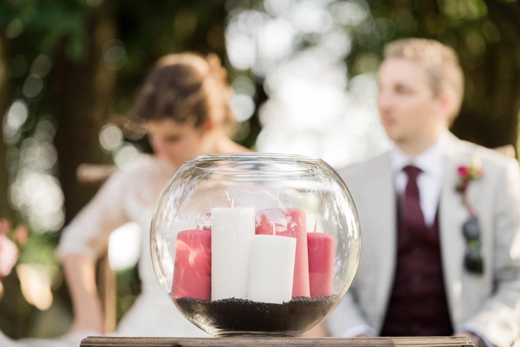 Rituel des bougies pendant une cérémonie laïque de mariage